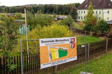 """Mit einem Banner bewirbt die Gemeinde Wechselburg den Eigenheimstandort """"Am Gebind"""" bereits."""