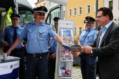 Auch Oberbürgermeister Ruben Gehart (rechts) schaute beim Team des Präventionsmobils um Polizeihauptkommissar Uwe Nerger (2. von links) auf dem Schwarzenberger Markt vorbei.