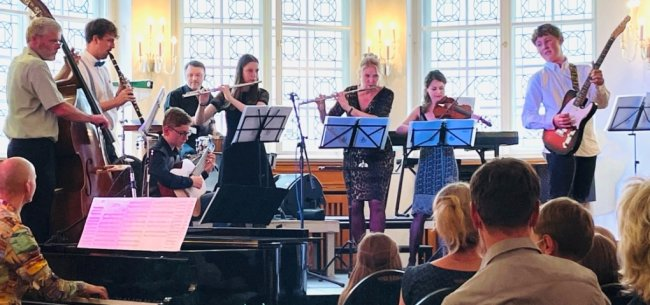 Mittlerweile musizieren junge Talente gleichwertig mit den Profis gemeinsam auf der Bühne. Die Fäden für dieses souveräne Zusammenspiel hält Jan Altmann (l. am Klavier) zusammen.