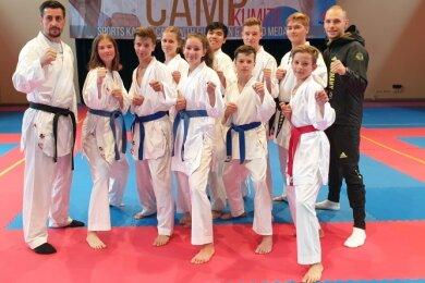 Die Rochlitzer Karateka waren bei einem Lehrgang mit dem schwedischen Erfolgstrainer Sadik Sadik und Olympia-Teilnehmer Noah Bitsch (r.) dabei. Einige Karateka fahren bald zu nationalen Meisterschaften.