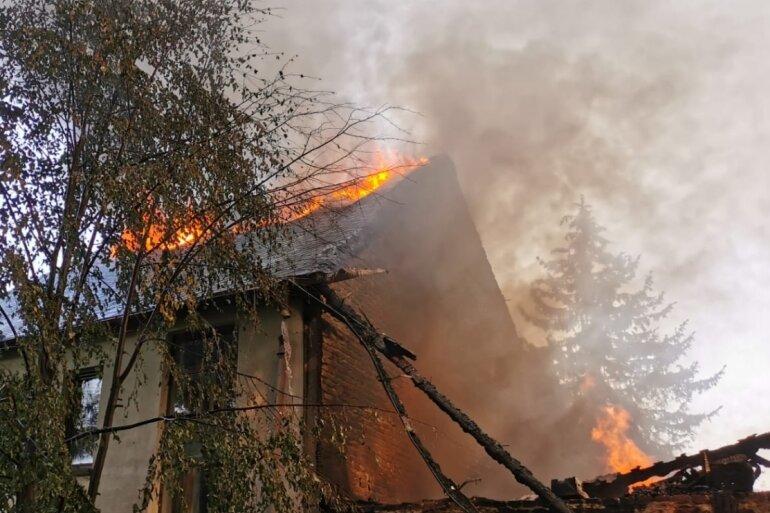 Ein Dreiseitenhof im Amtsberger Ortsteil Weißbach ist am Mittwochnachmittag abgebrannt.