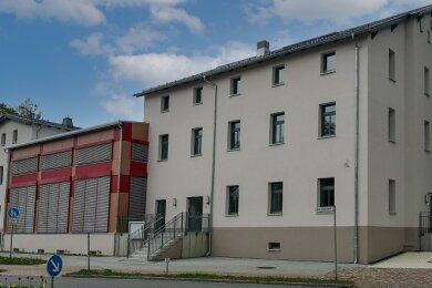 Viele Jahre lang war das ehemalige Bahnhofsgebäude ein Schandfleck im Zentrum Lugaus - nun erstrahlt es in neuem Glanz.