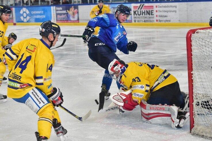 Viktor Braun (blau) erzielte beim 8:2-Erfolg der Chemnitz Crashers gegen die U23 der Lausitzer Füchse zwei Tore.