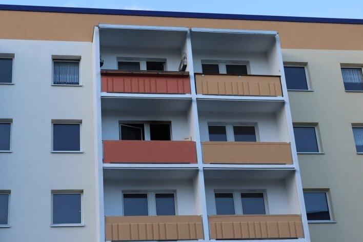 Seit dem Brand ist die Wohnung - auf dem Foto zweiter Balkon links oben - in der Westbergstraße unbewohnbar.