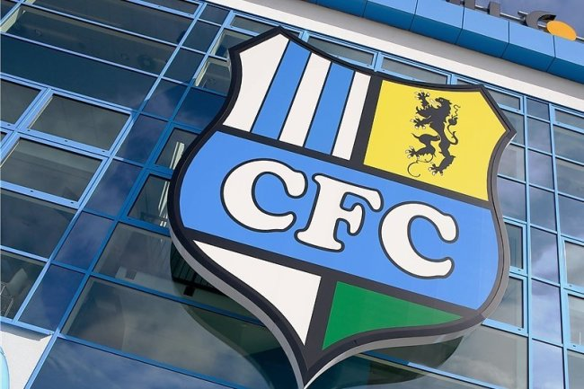 Was wird aus dem CFC-Wappen am Stadion? Sollte der Pachtvertrag durch die Kommune tatsächlich gekündigt werden, muss das Logo womöglich demontiert werden. Vermarkten wird die Arena dann nicht mehr der Verein, sondern eine städtische Tochtergesellschaft.