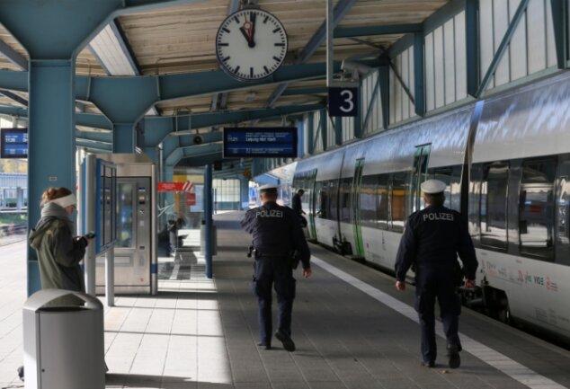 Beamte der Bundespolizei kontrollieren auf dem Bahnhof die Maskenpflicht. Vergangene Woche musste ein Reisender seine Fahrt beenden, weil er keine Maske tragen wollte.