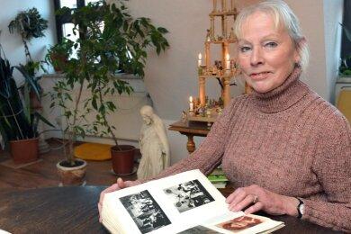 """Schwelgen in Erinnerungen: Die Freiberger Schauspielerin Ines Kramer hat in diesem Jahr ihr 50-jähriges Bühnenjubiläum am Theater Freiberg, heute Mittelsächsisches Theater. Die 74-Jährige blickt auf eine abwechslungsreiche Zeit zurück. Sie sagt heute: """"Das Theater ist mein Leben."""" Doch auch im Tierschutzverein engagiert sich die agile Künstlerin."""