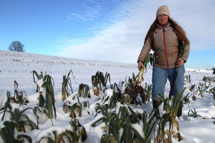 Sandra Häberer erntet auch im Winterhalbjahr den Porree frisch auf dem Feld.