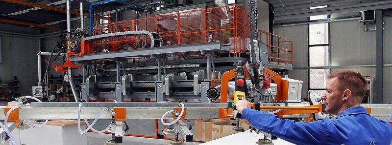 """<p class=""""artikelinhalt"""">Sascha Krätschmer kann mit der neuen Zwei-Etagen-Hochdruckpresse des italienischen Herstellers Cannon Isolierzellen-Bauteile von bis zu 6 x 1,20 Meter ausschäumen. </p>"""