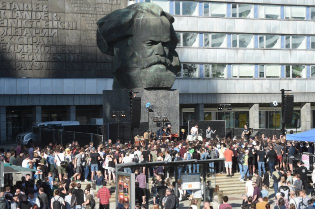 """Chemnitz feiert Marx: Punkrock vor dem """"Nischel"""""""