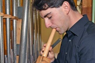 Im Orgelprospekt checkt Kaufmann die Spielbereitschaft der Pfeifen.