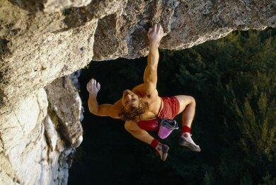 """Kurt Albert klettert Free Solo - ohne technische Hilfsmittel und Sicherungselemente - die stark überhängende Route """"Devils Crack"""" am Röthelfels in der Frankenjura."""