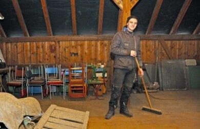Leon Madalschek kehrt den Dachboden der Apfelmosterei. Nach der Entrümpelung ist dieser jetzt wieder begehbar.