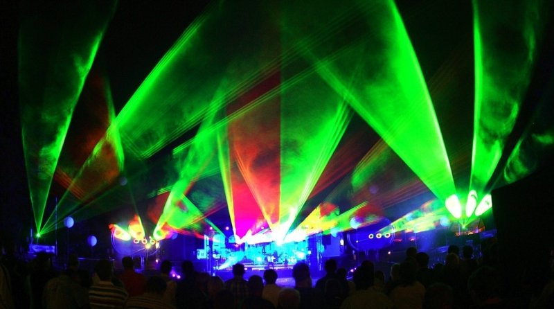Die perfekte musikalische Leistung von Invisible Touch wurde optisch durch eine vollendete Licht- und Lasershow mit Feuerwerkseinlagen noch zusätzlich unterstrichen.