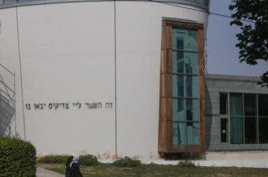 Am vergangenen Freitag hatten sich knapp 50 Menschen zu einer Mahnwache vor der Synagoge versammelt, als ein Unbekannter aus einer Straßenbahn den Hitlergruß zeigte.