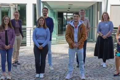 Die Pflegekräfte aus Portugal und Vertreter der Zeisigwaldkliniken Bethanien am ersten Arbeitstag vor dem Krankenhaus.