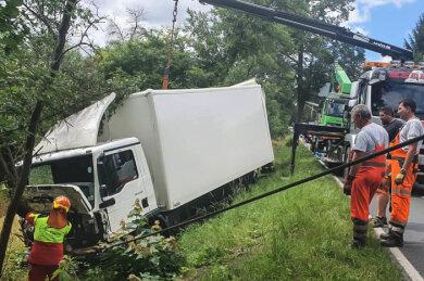 Bei Meßbach ist am Dienstagvormittag ein Lkw von der B 173 in einen Graben gerutscht.