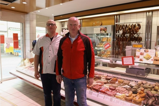 Vor wenigen Tagen übernahm Florian Wünsche (links) die Fleischerei seines Vaters Holm Wünsche.