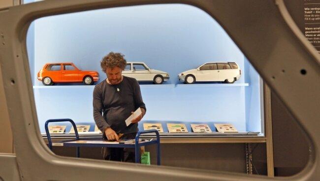 Mitarbeiter Bernhard Stärk beim Platzieren der Trabant-Modelle in der Ausstellung.