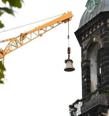 Ein Kran hat am Montag die vier Glocken - im Bild die Größte in den Turm gehoben.