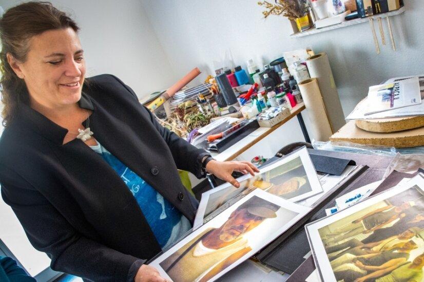 Stefanie Dittmann mit Fotografien aus einem Projekt, das sie als Modedesignerin verwirklichte. Inspiriert von historischen Arbeiter-Aufnahmen entwarf sie Männerbekleidung und wählte die passenden Models dafür.