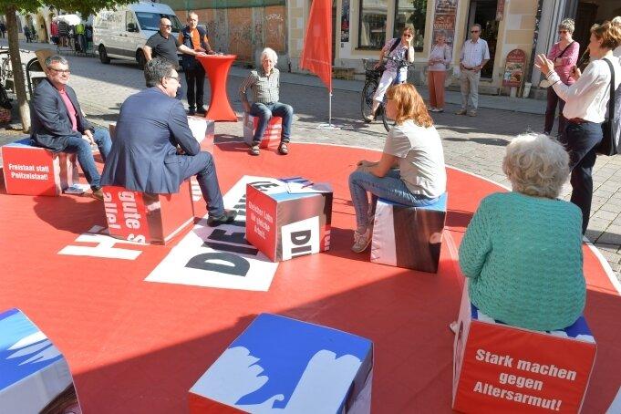 Katja Kipping (r. am Mikro), Stefan Hartmann (2.v.l.), Marika Tändler-Walenta (M.) und Ralf Hron vom DGB beim Wahlkampf in Freiberg.