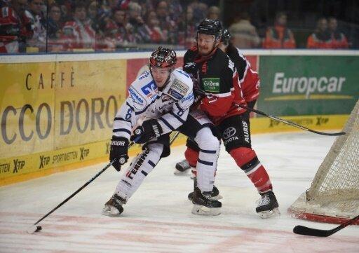 Moritz Müller (r.) bleibt den Kölner Haien treu