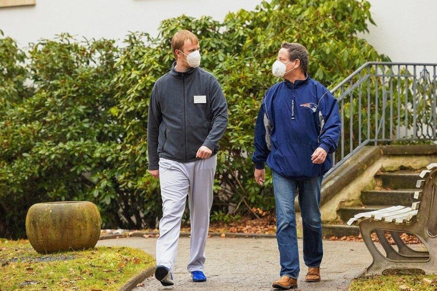 Durch Corona gibt es in der Reha mehr Einzeltherapien, selbst wenn sie mit Maske erfolgen müssen. Patient Frank Augustin und Sportassistent Robert Bohmüller (links) von der Median-Klinik Bad Gottleuba genießen diese Individualität.