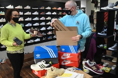 """Bianca Weiße und Kay Andrä und packen online bestellte Sneaker ein. Die Schuhe können im Geschäft """"Solekitchen"""" abgeholt werden."""