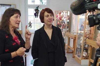 Benita Martin (links) plauderte mit der Marienberger Kulturamtsleiterin Susann Hofmann über Puppen.