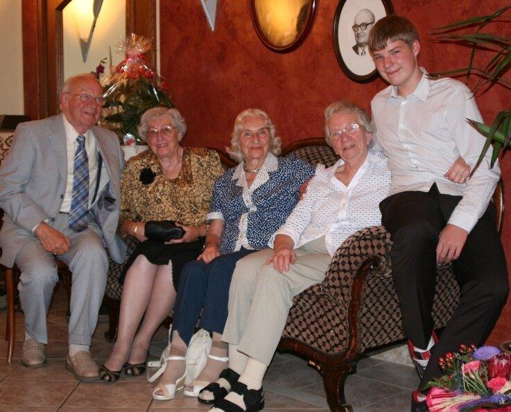 Die Stammgäste Eberhard Menzl, Frau Christa, Annelies Appenrodt sowie Chefin Inge Otto und Enkel Jacob (v.l.) im Café Friedrich.