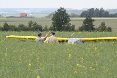 """<p class=""""artikelinhalt"""">Experten der Polizei untersuchten am Dienstag das bei Großschirma verunglückte Ultraleichtflugzeug vom Typ Avid Flyer. </p>"""