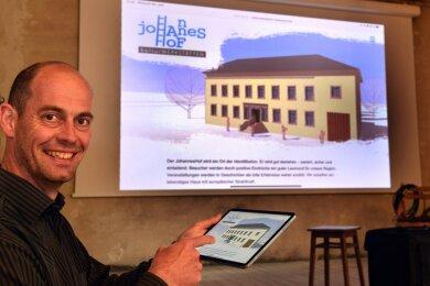 Ringo Grombe im Saal im Johanneshof in Bockendorf. Die moderne Technik hat längst Einzug gehalten. Auch Videokonferenzen lassen sich bequem steuern.