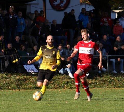 Patrice Reißig vom Ebersbrunner SV (links) und Frank Walter vom SV Planitz (rechts) lieferten sich mit ihren Teams ein spannendes Spiel.