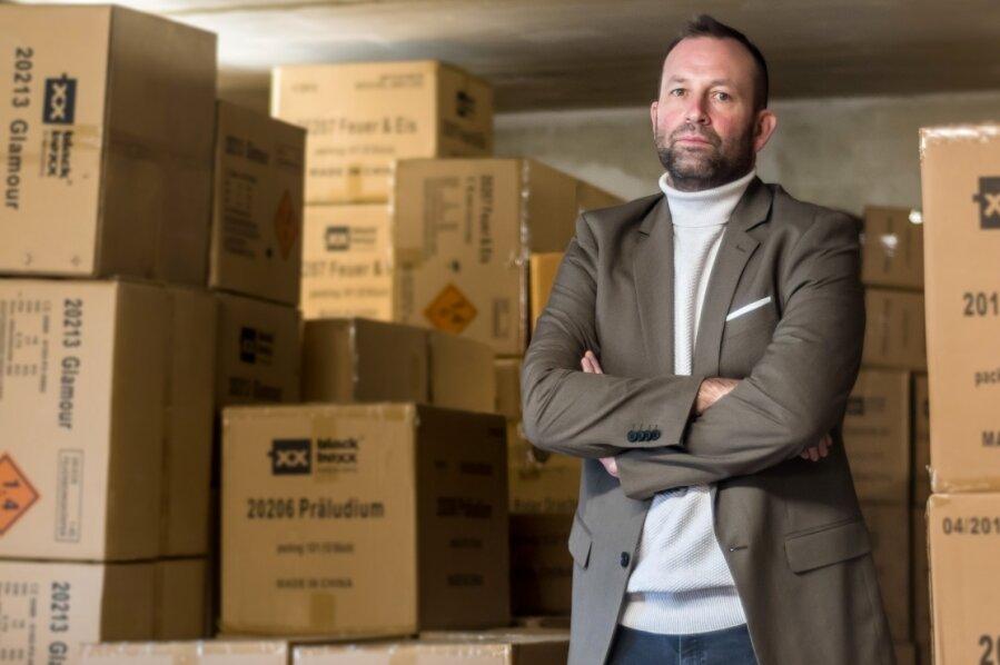 Das Lager von Pyrotechnik-Unternehmer Andreas Voigt ist derzeit voll mit Feuerwerk. Ein Umstand, den er bis dato noch nicht gekannt hat.