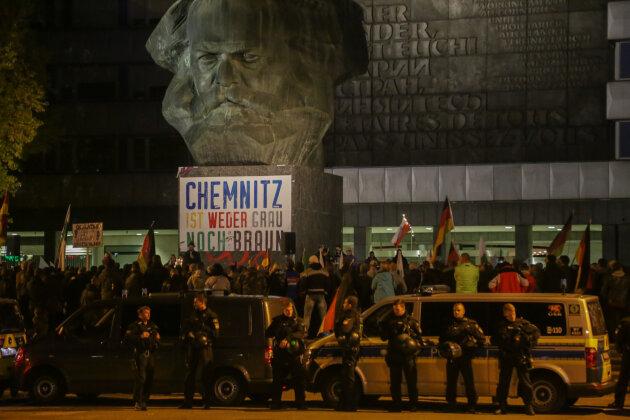 Im Stadtzentrum haben sich am Freitagabend erneut mehrere Hundert Menschen zu einer Demonstration der rechten Vereinigung Pro Chemnitz versammelt.