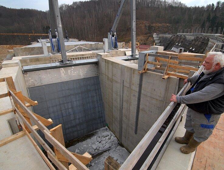 """<p class=""""artikelinhalt"""">Staumeister Jürgen Halm an einem der beiden neuen Einläufe im neuen Wasserkraftwerk an der Talsperre Kriebstein.</p>"""