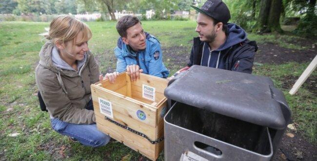 Henriette Augustin, Tim Sachse und Martin Bott vom Jugendforum müssen noch entscheiden, auf welche Art sie die Pfandkiste anbringen.