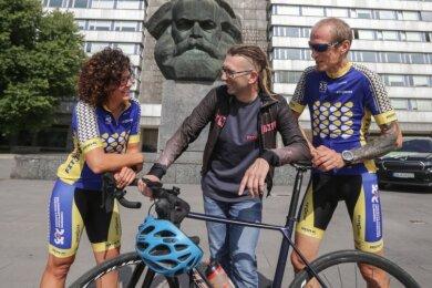 An traditionsreicher Stelle wird der European Peace Ride am Samstag gestartet: Das Karl-Marx-Monument war in den 1980er-Jahren Ziel von Etappen der Internationalen Friedensfahrt. Diesmal werden Manja Seemann und Torsten Prenzlow (rechts) mit dabei sein, Kai Winkler organisiert das Rennen.