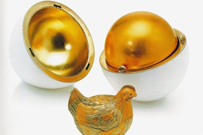 Das Hennen-Ei von 1885 war das erste Osterei für die Zaren. Es ist einem dänischen oder Dresdner Original nachempfunden.