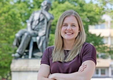 Fototermin vorm Robert-Schumann-Denkmal: Chantal Wick lernte am Dienstag Zwickau kennen.
