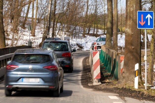 Seit Jahren eine Engstelle auf der S 223: die einspurige Brücke über die Flöha im Bereich der Papierfabrik in Nennigmühle.
