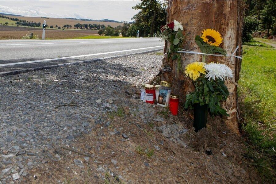 Auf der B 169 zwischen Neuensalz und Mechelgrün hat es zuletzt mehrere teils schwere Unfälle gegeben. Zwei junge Autofahrer kamen seit Ende Juni ums Leben. Blumen und Kerzen an der Unfallstelle machen darauf aufmerksam.Bei einer weiteren Kollision am Donnerstag an der Kreuzung nach Großfriesen wurde ein 55.Jähriger leicht verletzt.