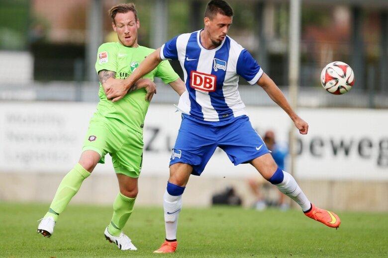 Bereits im Test gegen Hertha BSC Berlin lieferte Michael Fink (l.), hier im Duell mit Sandro Wagner, als Innenverteidiger eine gute Partie ab.