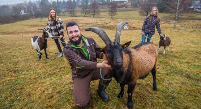 Sascha Flechsig - hier mit einer Bunten deutschen Edelziege - will einen Bauernhof aufbauen und hauptsächlich alte Haustierziegenrassen halten. Unterstützt wird er von Tochter Collien Gruner (l.) - hier mit einer Tauernschecke - und seiner Lebensgefährtin Jessica Meier - hier mit einer Thüringer Waldziege.