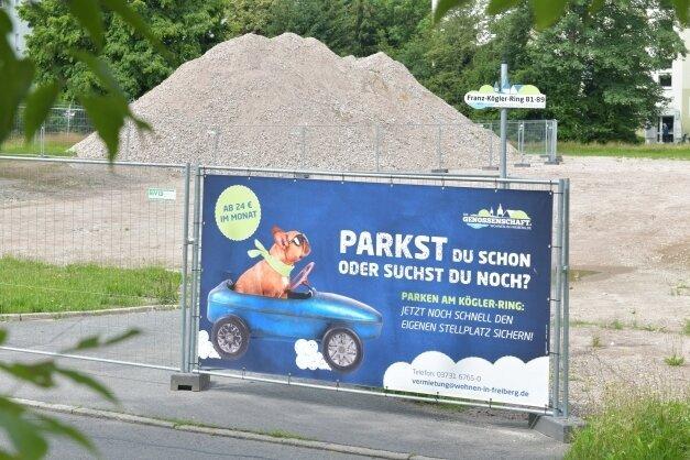 Am Franz-Kögler-Ring soll ein Parkplatz gebaut werden. Das Foto ist im Juli 2021 entstanden. Heute, vier Monate später, sieht es genauso aus.