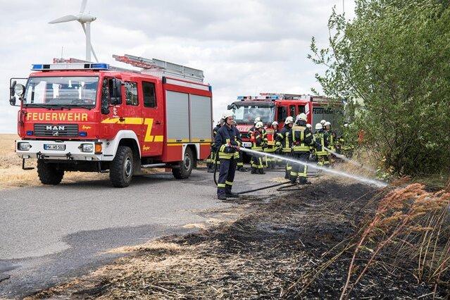 Feuerwehr löscht Feldbrand bei Lunzenau