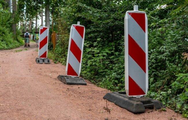 An den Baken ist zu erkennen, wo sich im Nordhäuser Weg ein Riss gebildet hatte. Der Weg musste gesperrt werden.