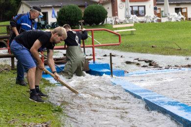 Das Schwimmbadbecken in Steinbach wurde durch die Sturzflut komplett mit Schlamm gefüllt.