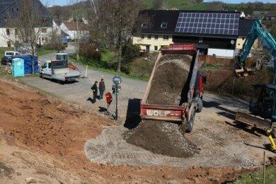 Nahe dem Reinsdorfer Rathaus bestimmen seit wenigen Tagen Baufahrzeuge das Bild. Hier entsteht eine neue Zufahrt.